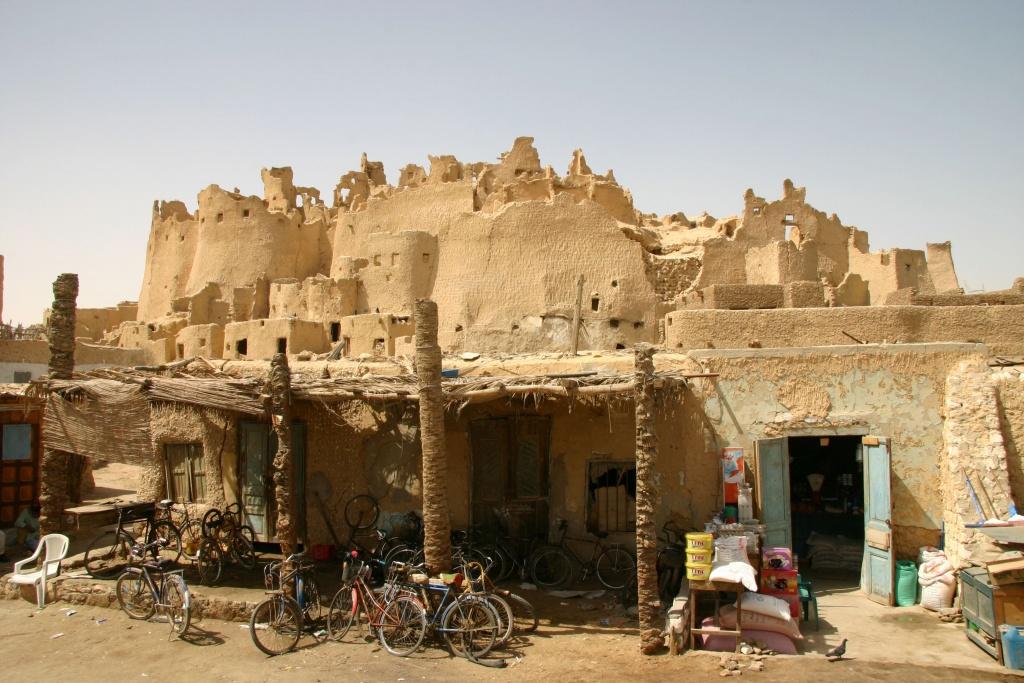 Un épicier et un réparateur de vélos ont adossé leur boutique à la citadelle.