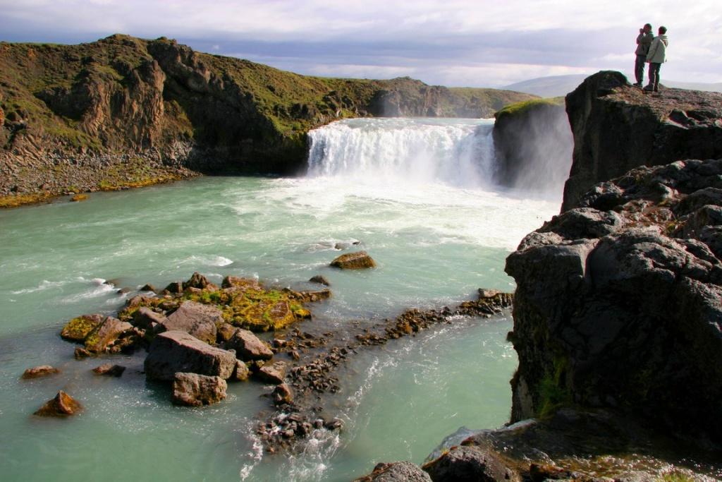 Goðafoss, la chute des dieux, est proche de la route qui mène de Mývatn à Akureyri.