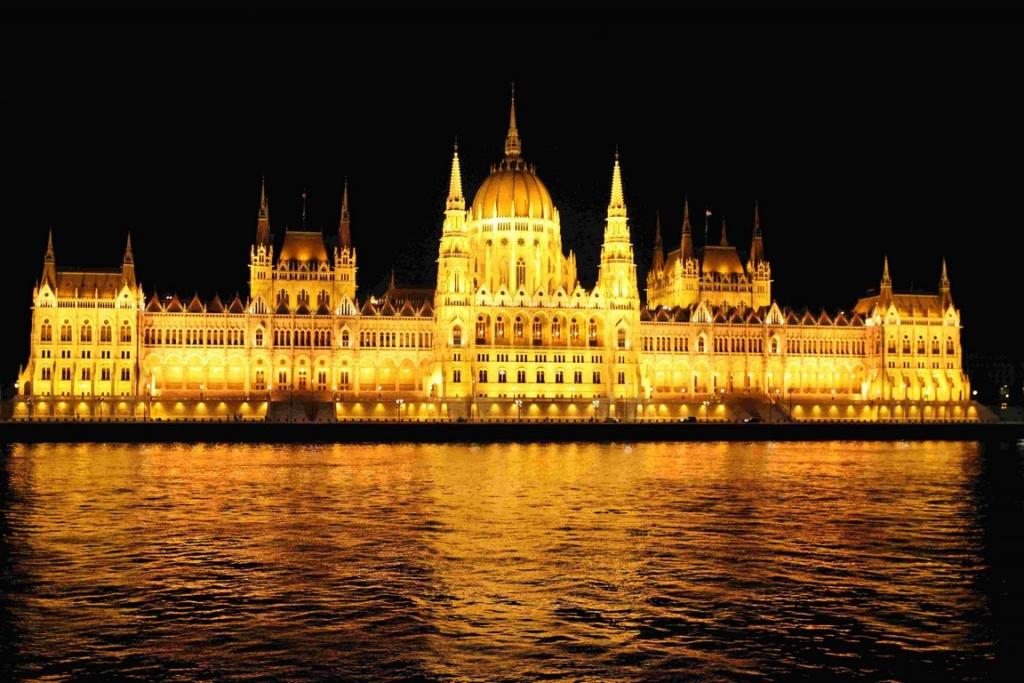 Parlement de Budapest de nuit.