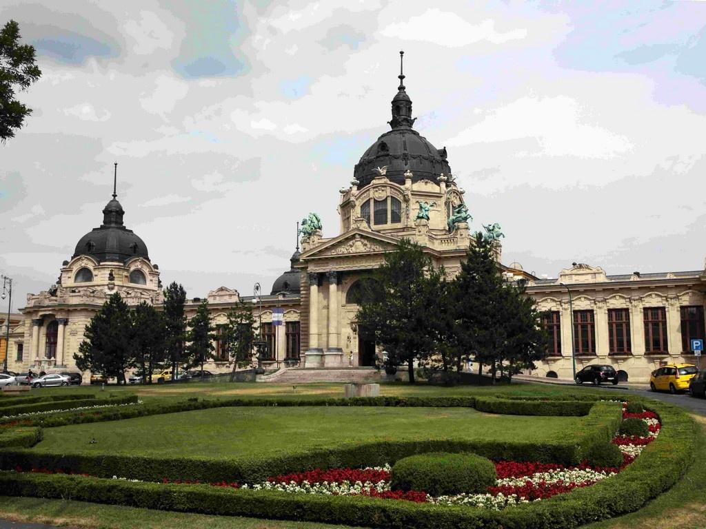 De style néorenaissance, les bains Széchenyi sont l'un des plus grands centres balnéaires d'Europe et les premiers bains thermaux de Pest.