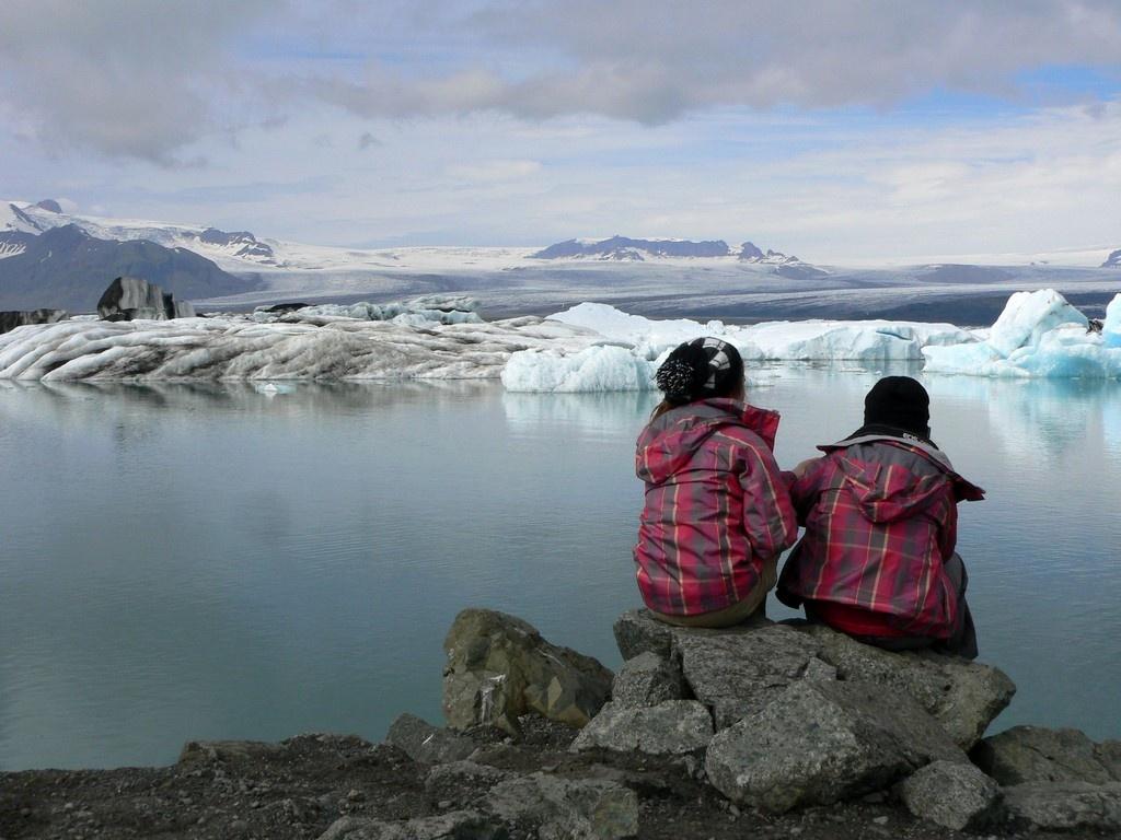 À quoi rêvent ces deux petites filles en admiration devant le lagon ?