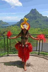 Dotées d'un déhanché impressionnant, les vahinés sont les emblèmes du mythe de la « Nouvelle Cythère », nom donné à Tahiti par Bougainville.