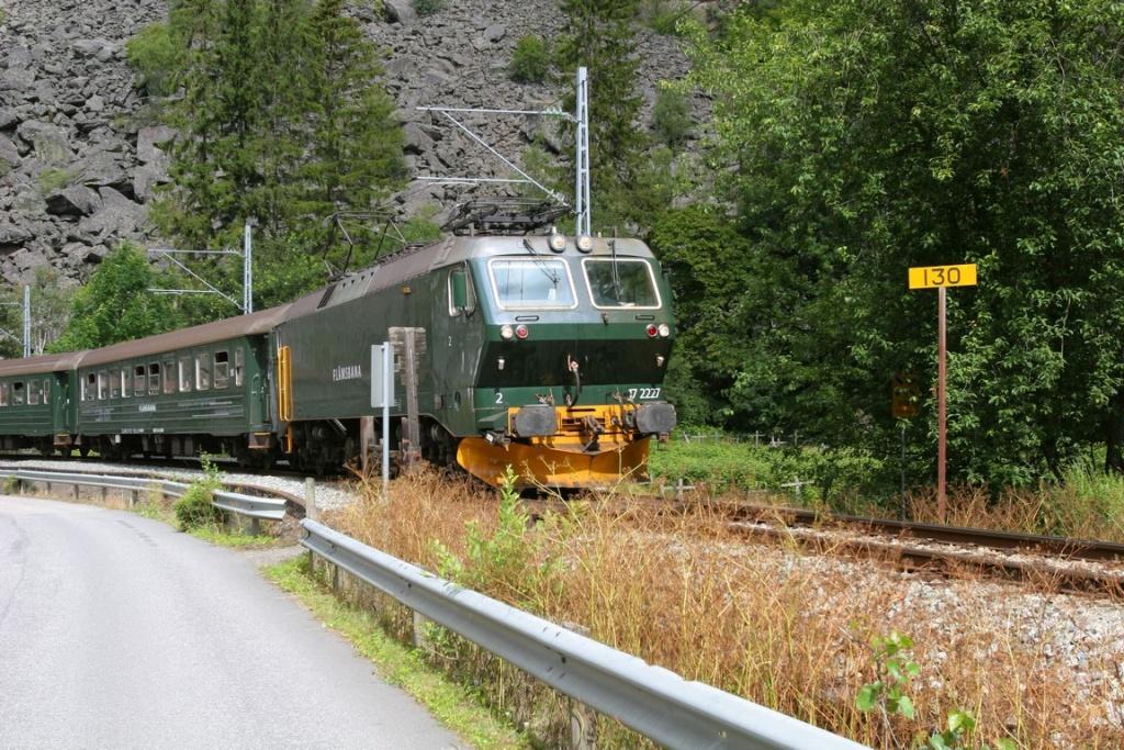 Le train de Myrdal entre en gare de Flåm, au fond du fjord d'Aurland. C'est le seul train au monde, sur rails classiques, qui parcourt un dénivelé aussi important : 865 m en 20 km.