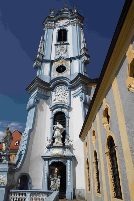 L'élégant clocher baroque de l'église de Dürnstein est un des principaux emblèmes de la Wachau.