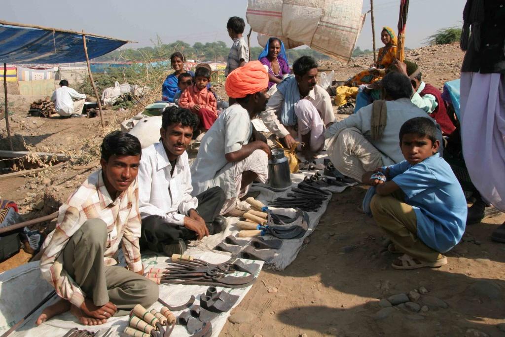 Les hommes de cette famille vendent les outils qu'ils ont façonnés.