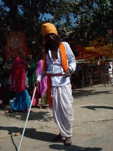 Bâton à la main, ce prêtre shivaïte vérifie que les fidèles se déchaussent en pénétrant dans l'enceinte du temple dédié à Shiva.