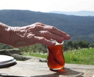 Incontournable thé turc il est préparé dans une double théière, un peu à la manière d'un samovar.
