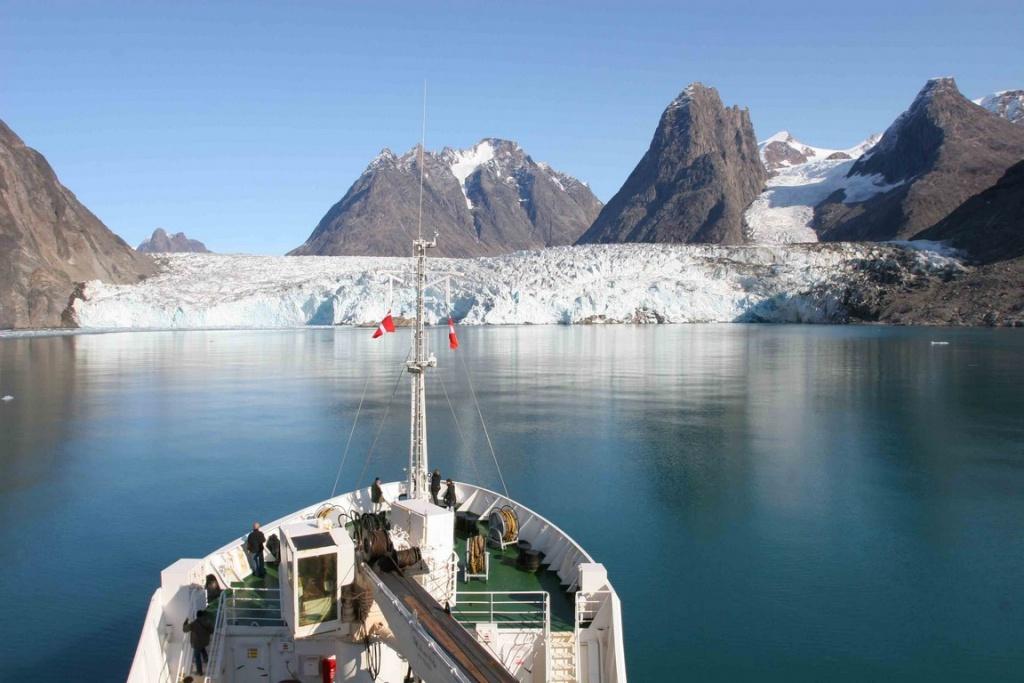 """Notre commandant laisse le bateau filer à un nœud pour nous approcher au plus près des longues falaises de glace du Tateraq sermia, le glacier des """"mouettes tridactyles"""", sous un ciel parfaitement bleu. Un spectacle grandiose."""