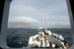 La mer est forte mais ne nous empêche pas d'admirer un superbe un nuage lenticulaire accroché sur un relief.