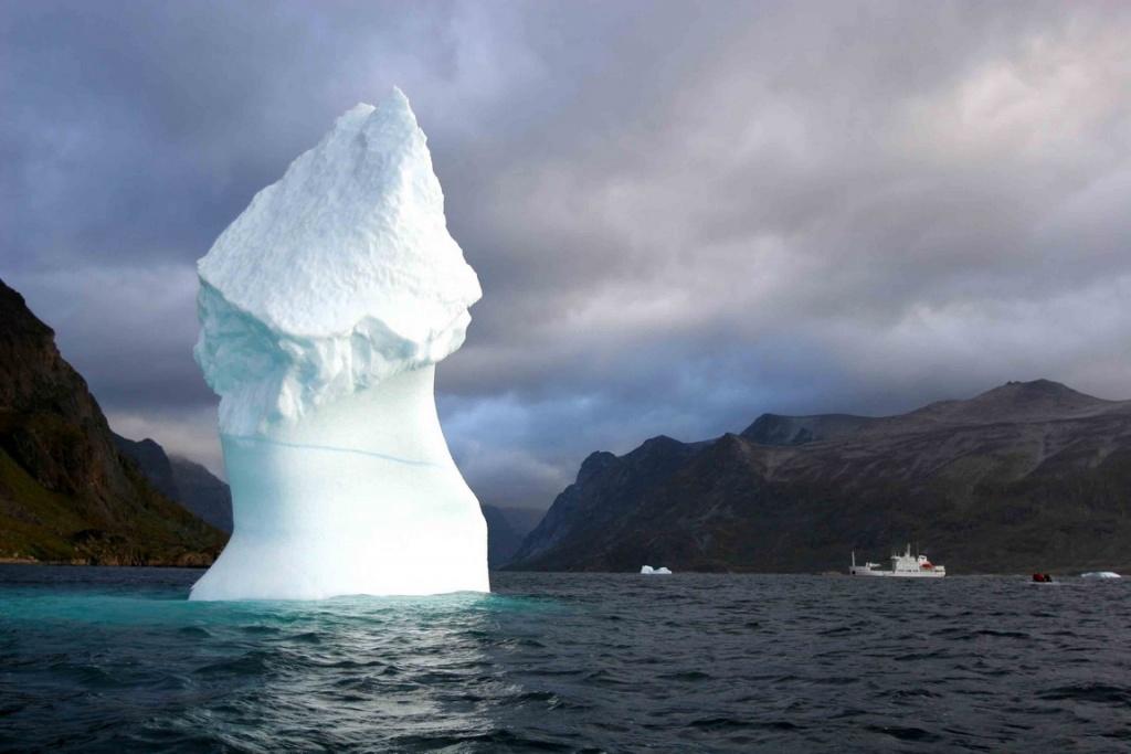 Travaillés par la houle et les courants, les icebergs prennent parfois des formes audacieuses.