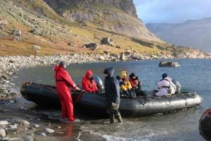 Débarquement pieds dans l'eau sur le site viking d'Herjolfnes. La température de l'eau est de 4 °C.