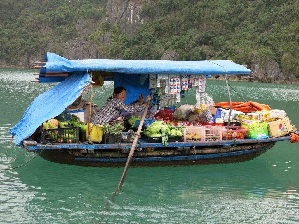 Les villages sont ravitaillés par un bateau-épicerie.