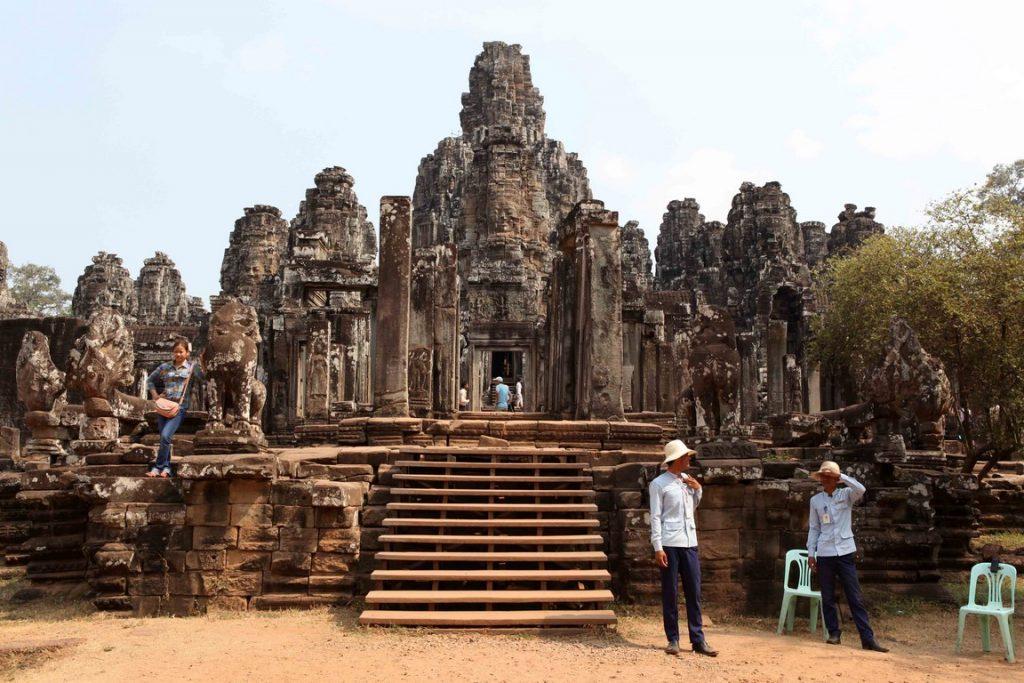 Au Bayon, temple central de l'ancienne ville d'Angkor Thom, les visages affichent des sourires énigmatiques.