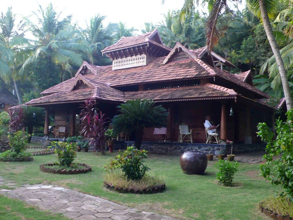 Demeures traditionnelles de l'aristocratie du sud de l'Inde, les maisons en bois sont ouvertes sur la nature. Elles sont équipées de mobilier antique.