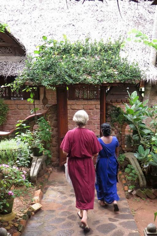 On reconnaît chacun à sa couleur: les curistes ont un peignoir de coton bordeaux, les thérapeutes femmes sont en sari bleu et les thérapeutes hommes en pantalon et chemise sable.