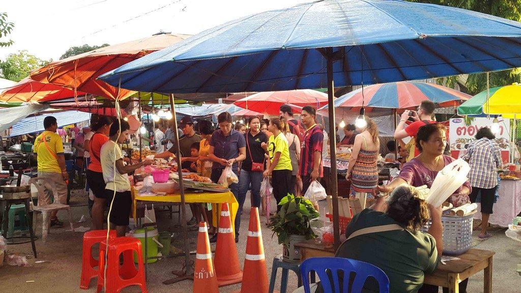 Odeurs alléchantes de grillade, fruits exotiques, nous voici immergés dans le quotidien du peuple thaïlandais qui fait ses courses.