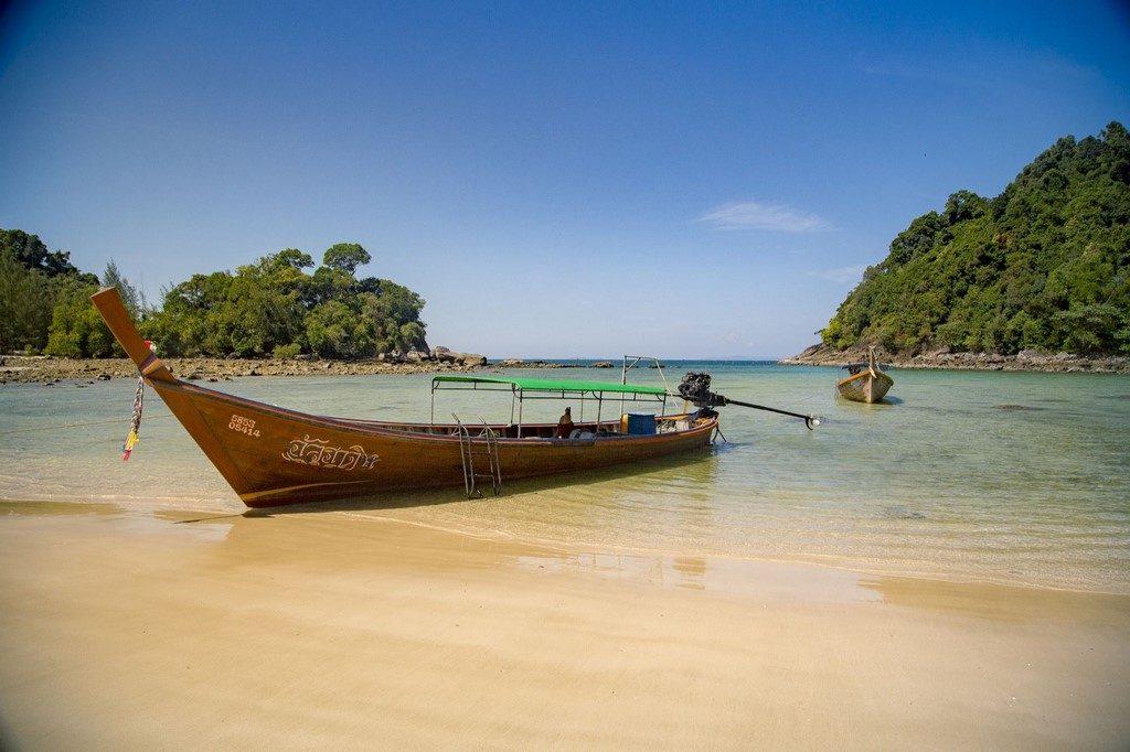 Le Kappa Club Thaï Beach Resort 5* dispose d'un magnifique emplacement au bord de la page de sable de Bangsak sur la côte de Phang Nga.