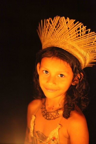 Petite fille Mundurucus parée pour le rituel.