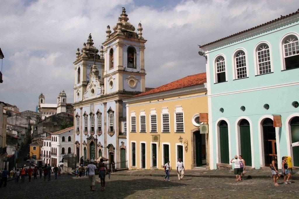 De jolies façades pastel, roses, bleues, vertes, bordent les rues principales du cœur historique.