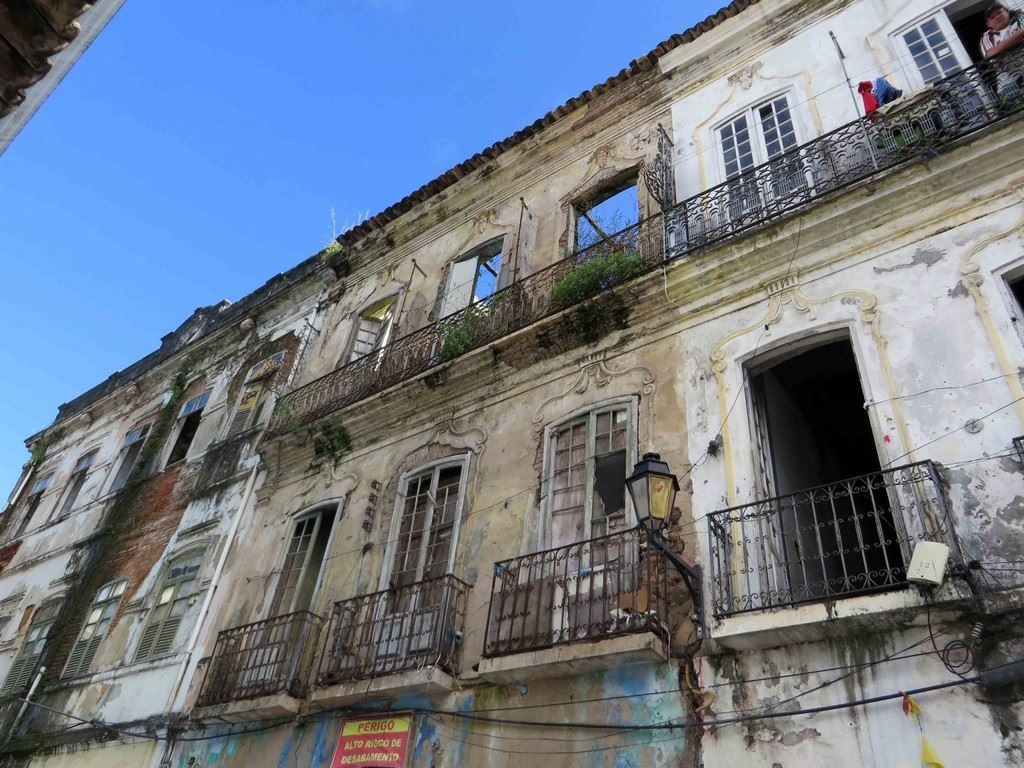 Dès que l'on s'écarte de quelques mètres, on tombe sur des façades lépreuses, lessivées par les pluies, où les dormants des fenêtres encadrent le ciel.