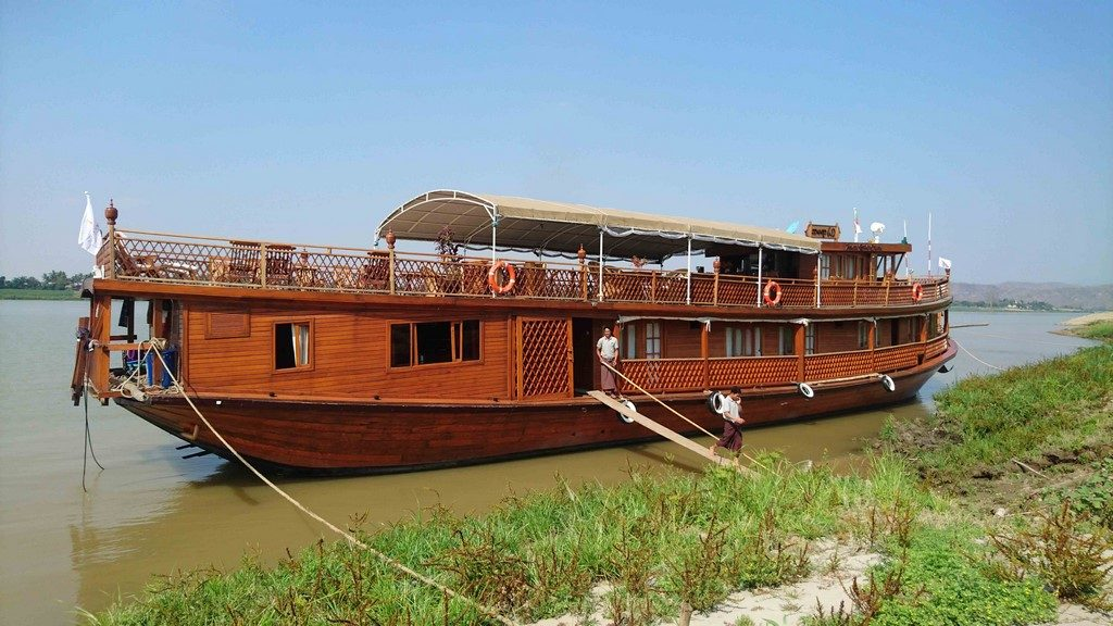 Pour débarquer, on emprunte des passerelles de bois posées entre la rive et le plat-bord.