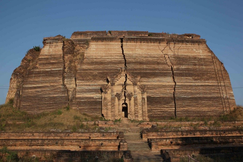Fendue par un tremblement de terre en 1838, la pagode de Mingun n'en demeure pas moins impressionnante.