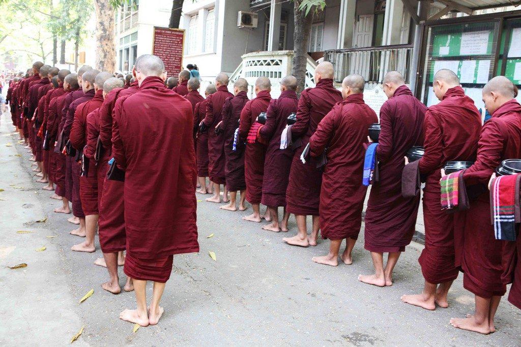 Le monastère de Mahagandayon présente peu d'intérêt en soi, mais ce qui est impressionnant est le défilé silencieux des moines, bol à la main, attendant de recevoir leur nourriture et de gagner un réfectoire.