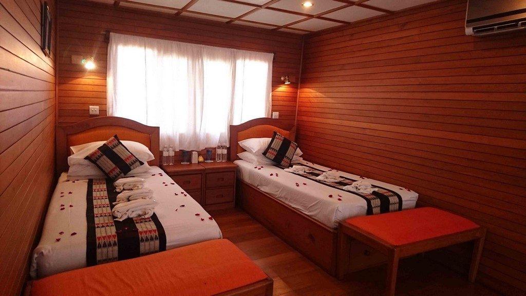 On nous octroie la cabine centrale, « récemment occupée par le roi de Norvège », révèle le manager de bord. Elle est un peu plus spacieuse que les 4 autres, mais toutes sont très fonctionnelles et habillées de teck.