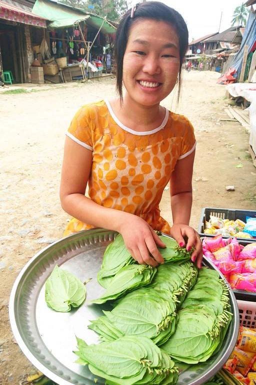 Au marché, on nous propose des feuilles de bétel et des noix d'arec à chiquer.