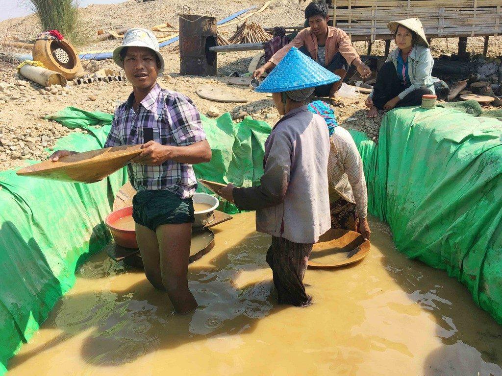 Une famille manie au fond d'un trou d'eau les batées à la recherche de pépites qui feront leur richesse.