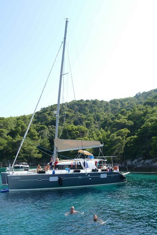 Un joli catamaran a jeté l'ancre. Nous allons l'admirer de plus près.