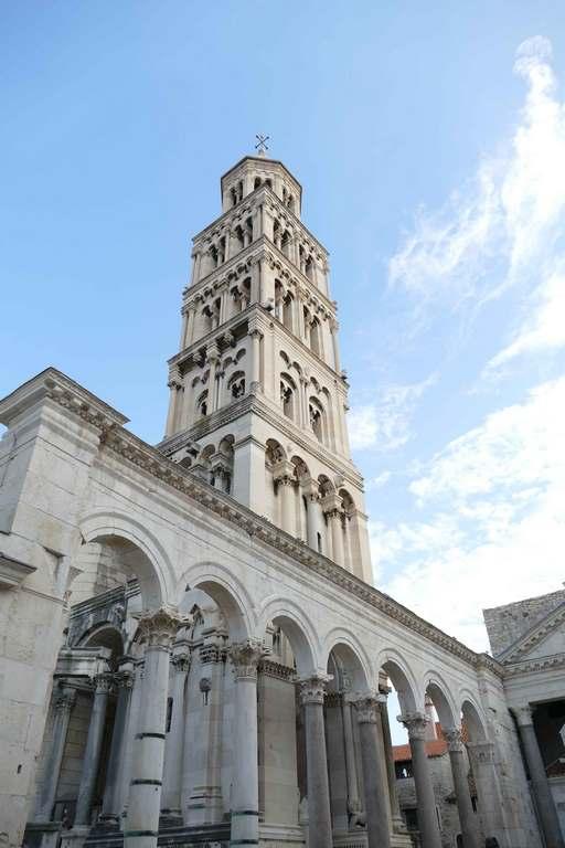 Jouxtant la cathédrale, le campanile impressionne par sa hauteur (57m). Originellement érigé aux XIIIe et XIVe siècles, il a été restauré entre le XIXe et le XXe siècle.