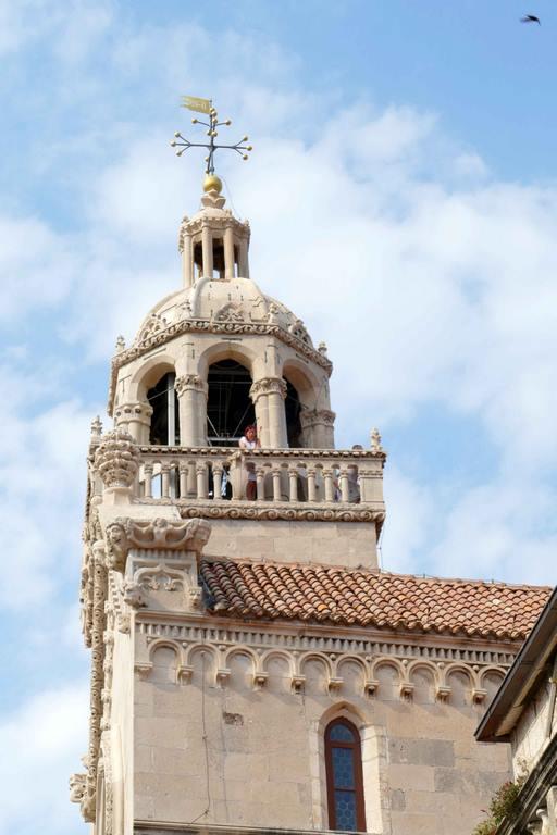 La partie supérieure du clocher a été ajoutée au XVe siècle. Sous l'horloge, on peut voir un étonnant globe métallique indiquant les phases de la lune.
