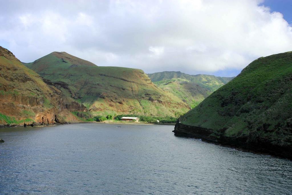 Vue sur l'île de Hua Huka en arrivant par bateau.
