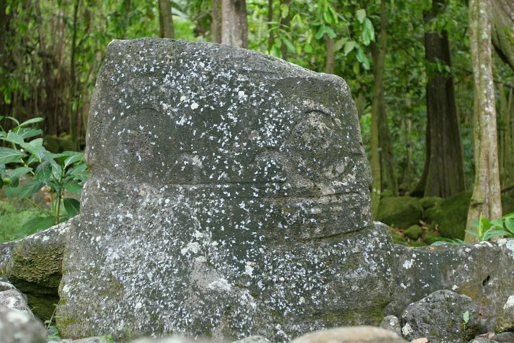 Dans la partie nord du site Upeke, une petite plate-forme surélevée supporte un grand tiki de pierre grise, un bloc rocheux de 1,20 m dont seule la partie frontale est sculptée. Il s'agirait d'une pierre d'autel sur laquelle les victimes sacrifiées étaient placées après avoir été tuées sur le tohua puis portées jusqu'au me'ae.