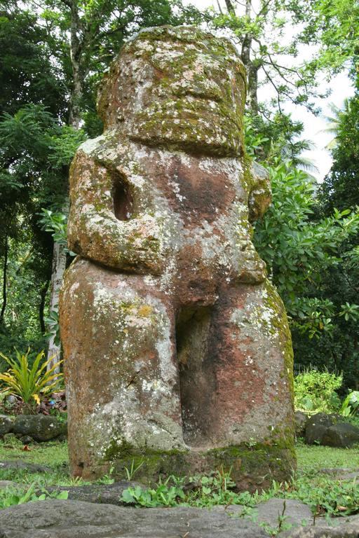 Le tiki Takaii (2,57m) est le plus grand de Polynésie française. Chef et grand guerrier réputé pour sa force, la tradition veut qu'il ait vécu il y a cinq à six générations.