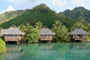 Les bungalows sur pilotis de L'Intercontinental ont un accès direct sur le lagon.