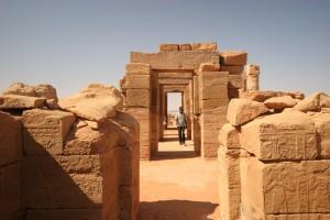 Le temple d'Amon est le monument le plus important de la ville ancienne de Naga. La salle hypostyle à 8 colonnes a été dégagée des sables et restaurée par anastylose par une équipe d'archéologues allemands.