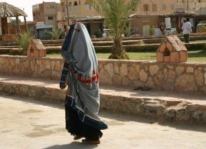 La femme issiwane ne sort de son domicile que tête et visage couverts d'un voile ne laissant apparaître que les yeux.