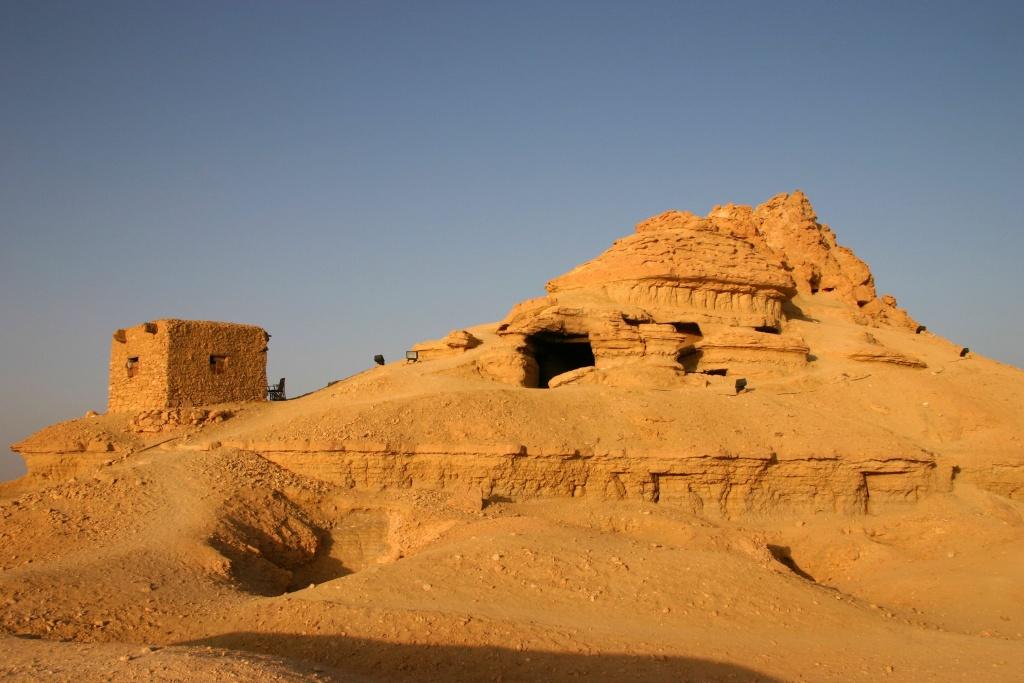 Le Gebel el-Mawta abrite plusieurs tombeaux bien préservés de la 26ème dynastie de offre des vues spectaculaires sur l'oasis de Siwa.