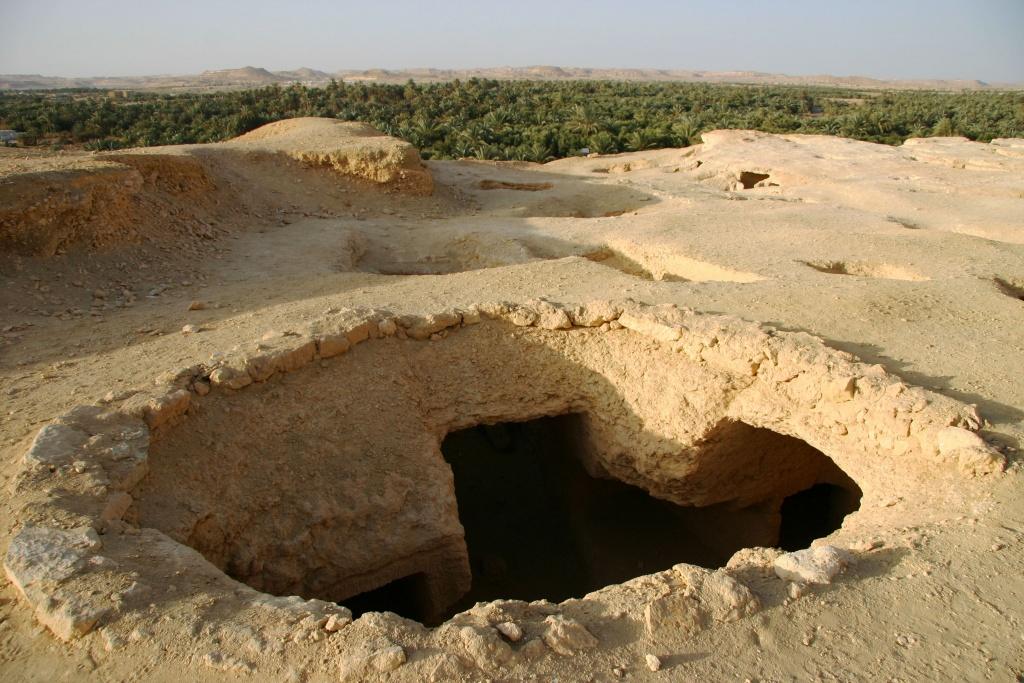 Les tombes du Djebel el-Mawta sont creusées dans la falaise de calcaire. Certaines ne sont pas encore fouillées mais beaucoup ont été pillées par les oasiens.
