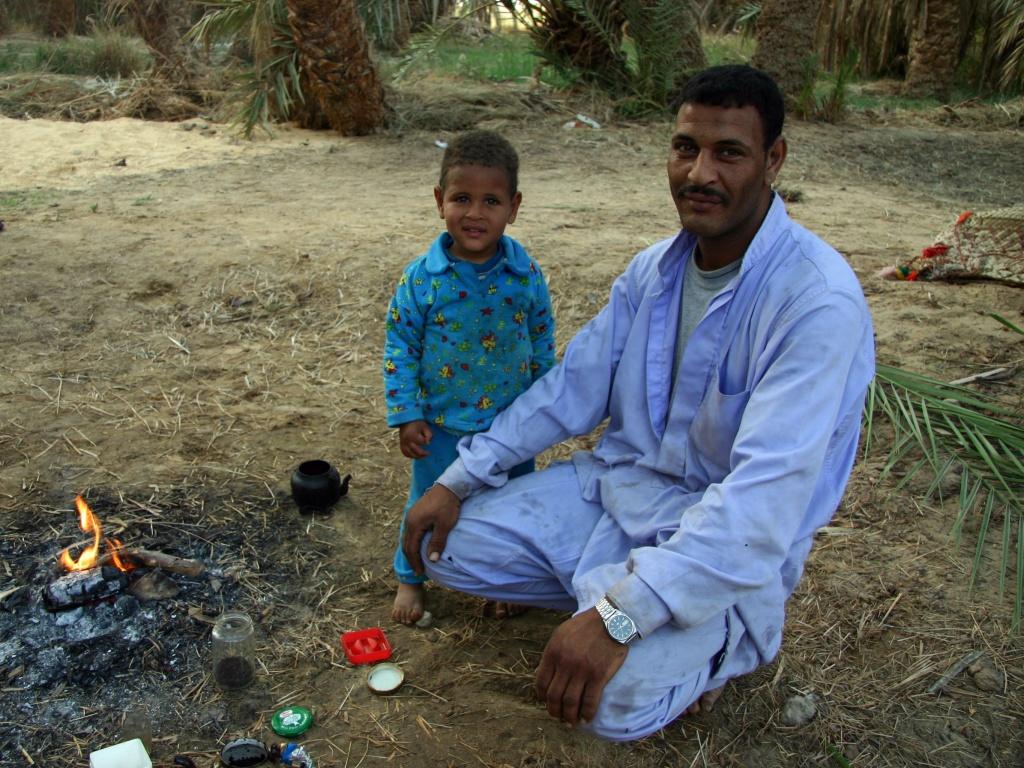 Un paysan avec son fils vient de préparer du thé.