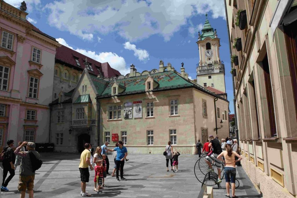 L'Hôtel de ville de Bratislava est une fascinante mosaïque de styles différents dont la partie la plus ancienne remonte au XIVème siècle.