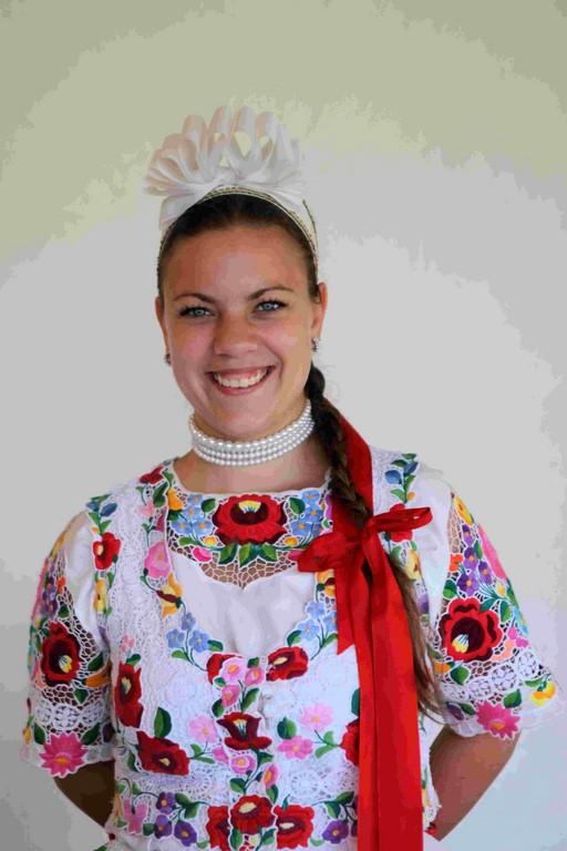 Jeune fille portant un costume avec des broderies traditionnelles de Kalocsa.