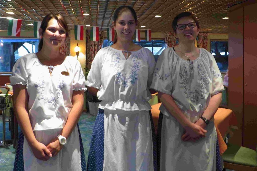 Les serveuses revêtent le costume traditionnel de chaque pays traversé.