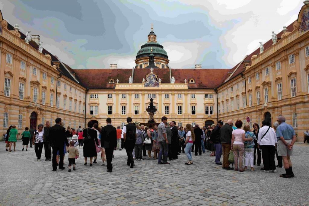 En pénétrant dans l'enceinte de l'abbaye de Melk, on est frappé par la beauté de sa façade.