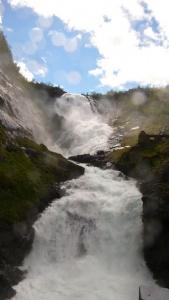 La chute de Kjosfossen est une des merveilles naturelles les plus visitées de Norvège. L'eau provenant du lac Reinungavatnet chute d'une hauteur totale de 225 m, sur une longueur de 700 m.