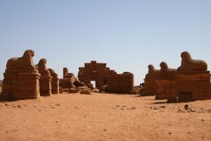 Vue générale du temple d'Amon à Naga et de l'allée des béliers.