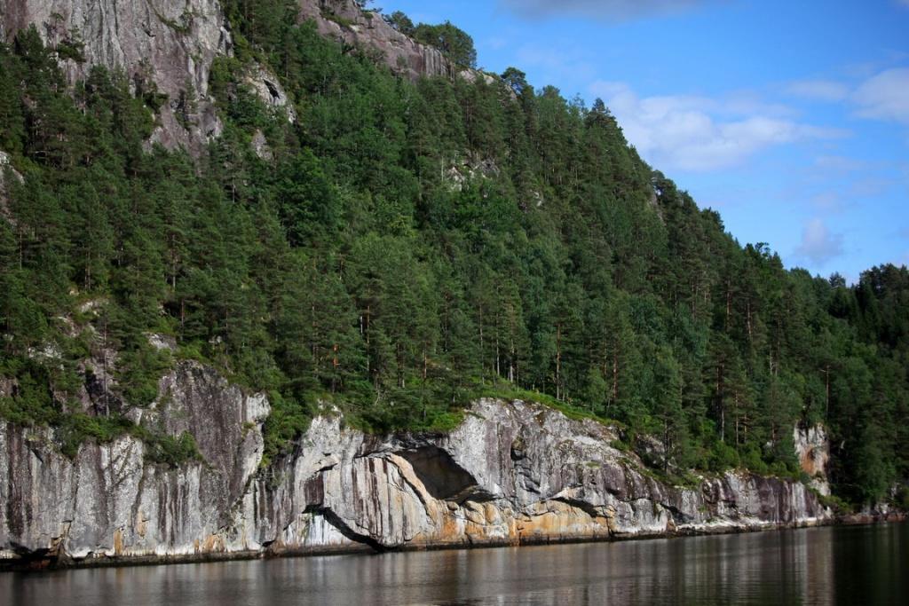 Les falaises de granit plongent dans les eaux sombres de l'Aurlandfjord.