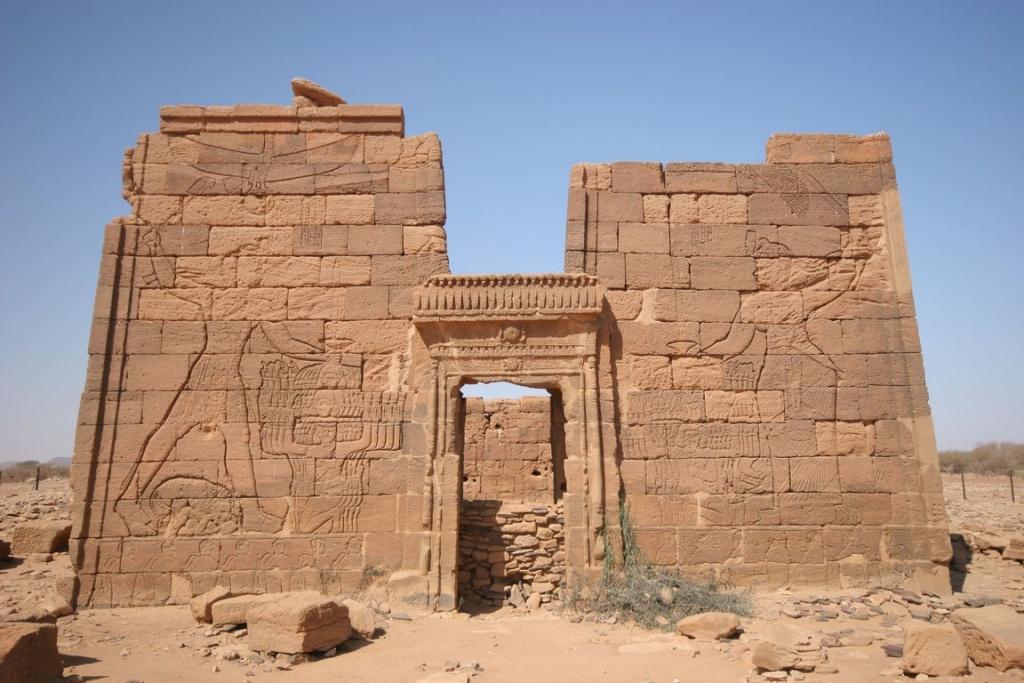 Temple d'Apédemak. La reine Amanitore et le roi Natakamani victorieux massacrent leurs ennemis.